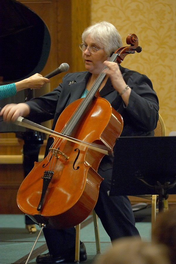 Gilda Barston gives a cello session at the 2006 SAA Conference