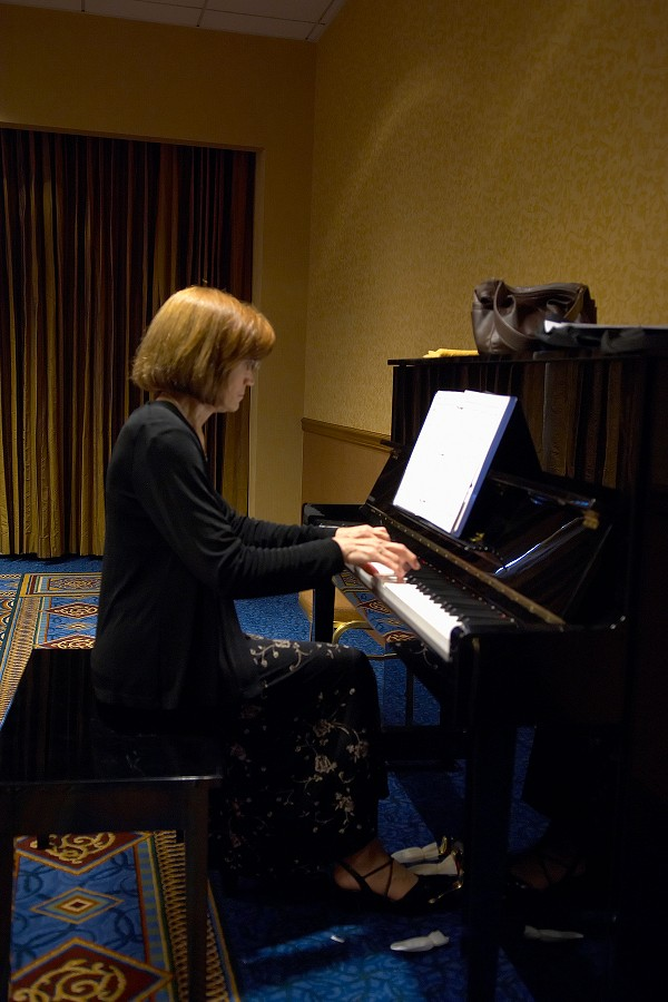 Linda Perry rehearses at the 2006 SAA Conference