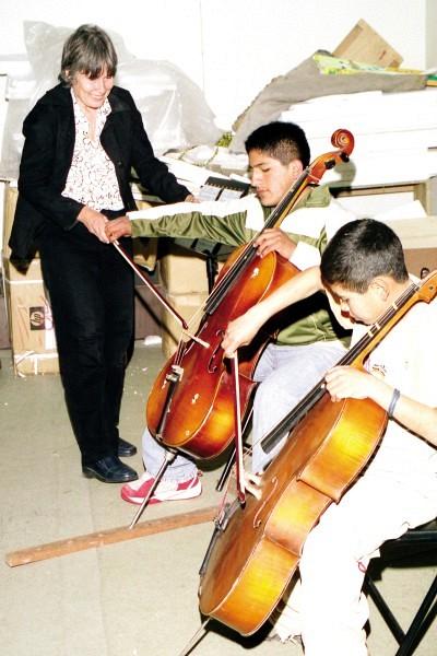 Annika Petrozzi with cello students