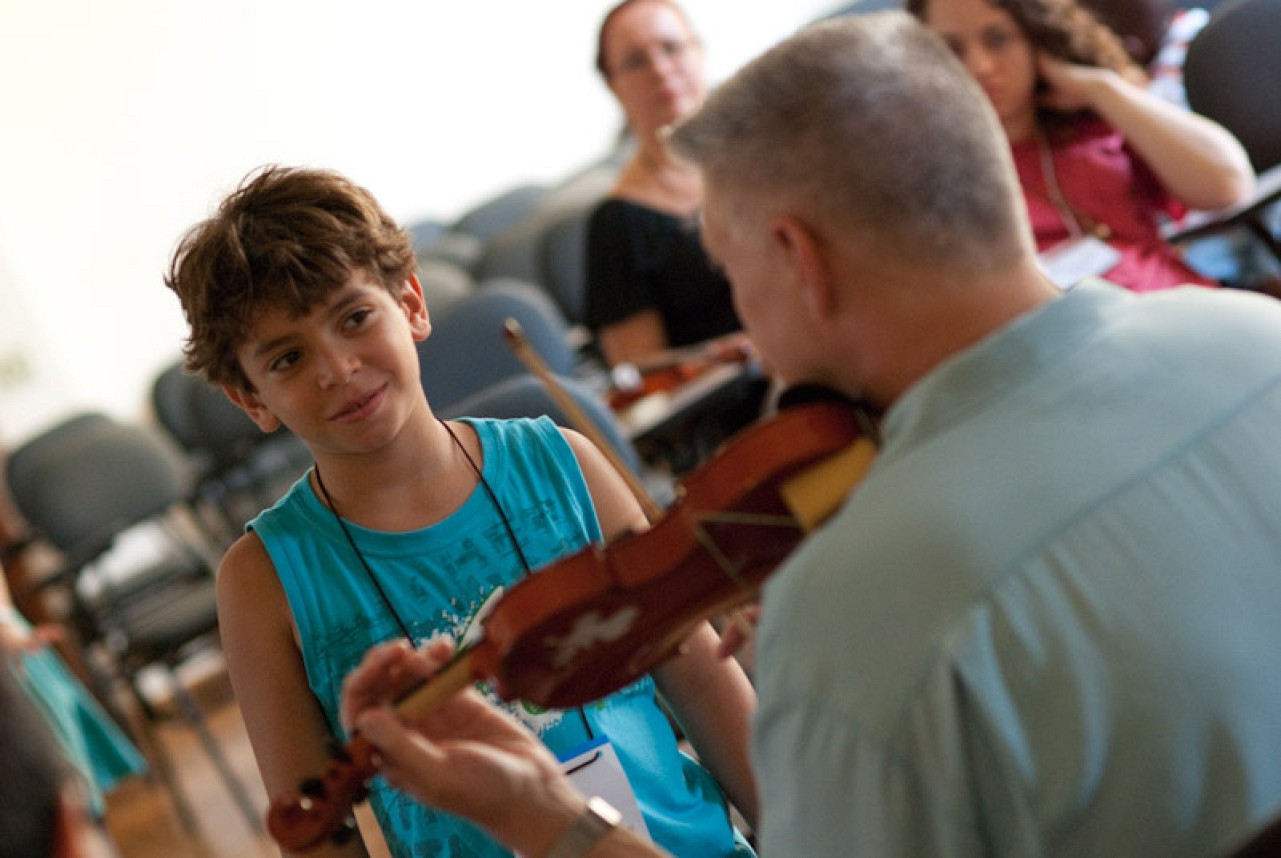 Ed Kreitman teaches violin in Brazil