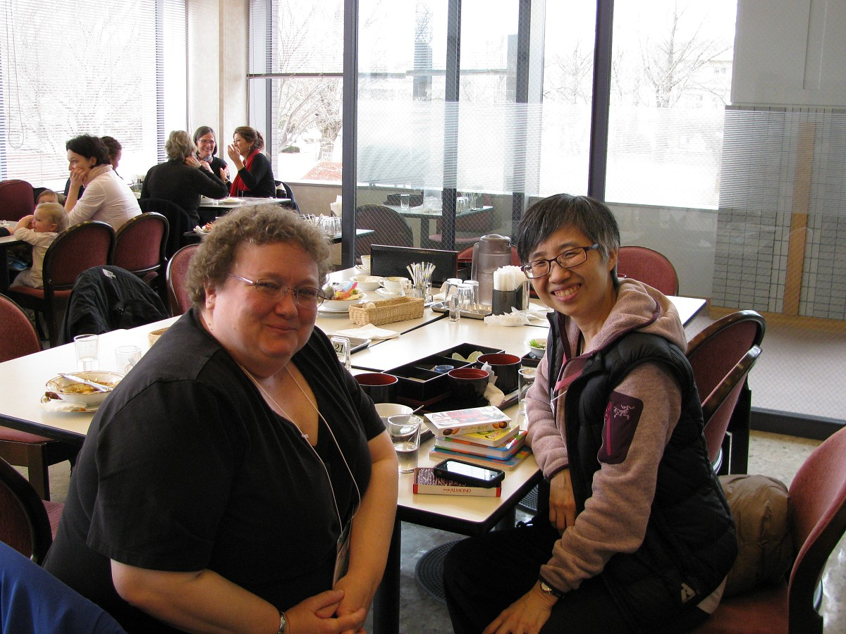 Faculty and other teachers ate lunch together in the Kissei Bunka Hall Restaurant