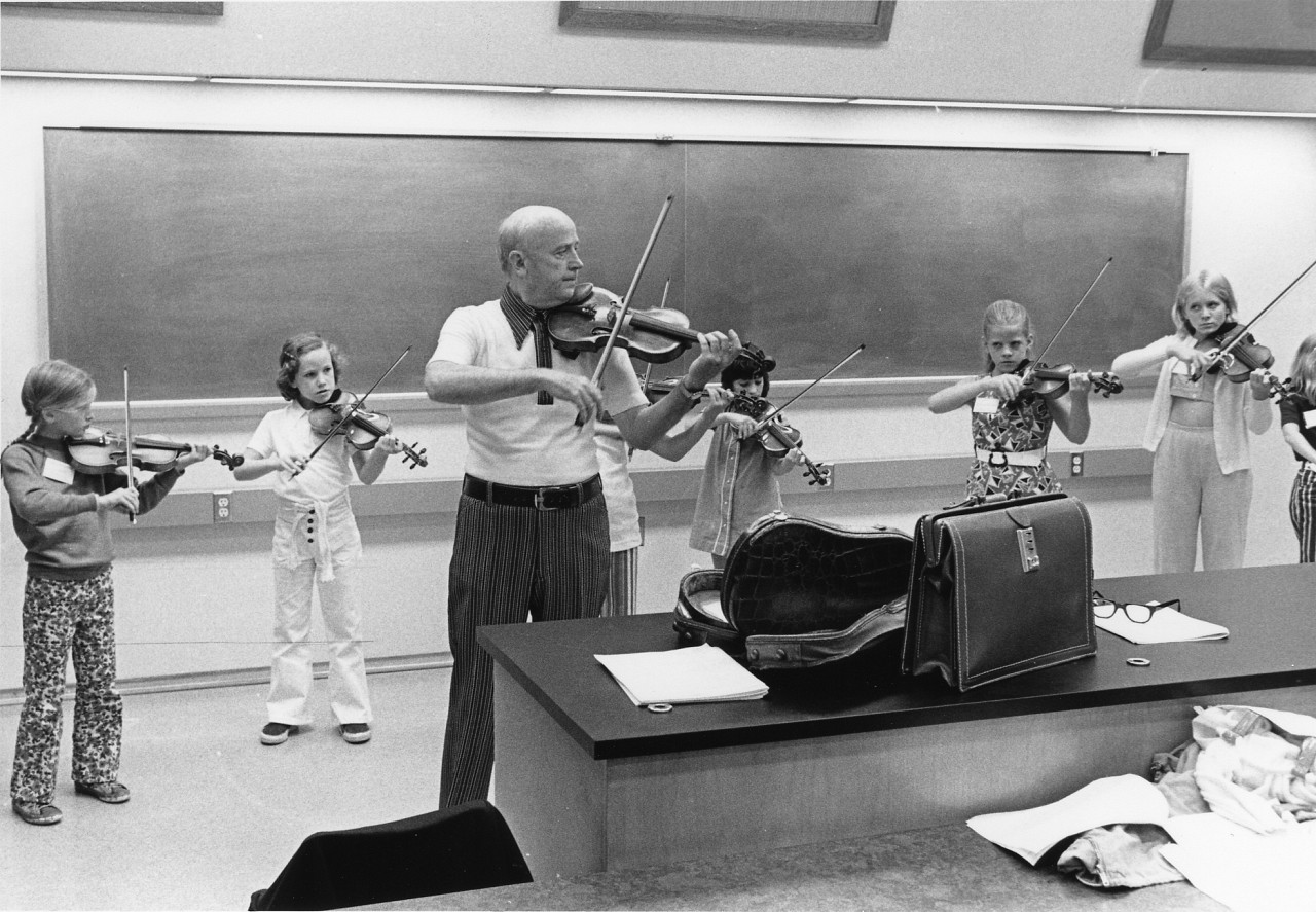 Clifford Cook teaching violin group class