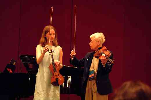 Louise Behrend gives bow hold pointers in a violin masterclass at the 2002 SAA Conference.