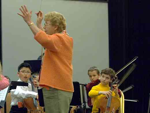 Marilyn Kesler conducts the SYOA at the 2006 SAA Conference