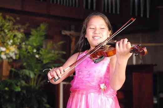 Maylín Pré Kong from Peru plays the violin at the 2008 SAA Conference