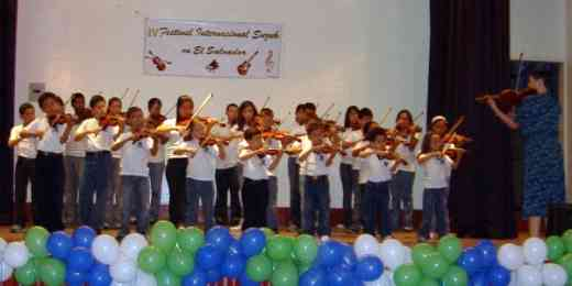 El Salvador Suzuki Festival, February 2007, final violin concert led by Marilyn O'Boyle
