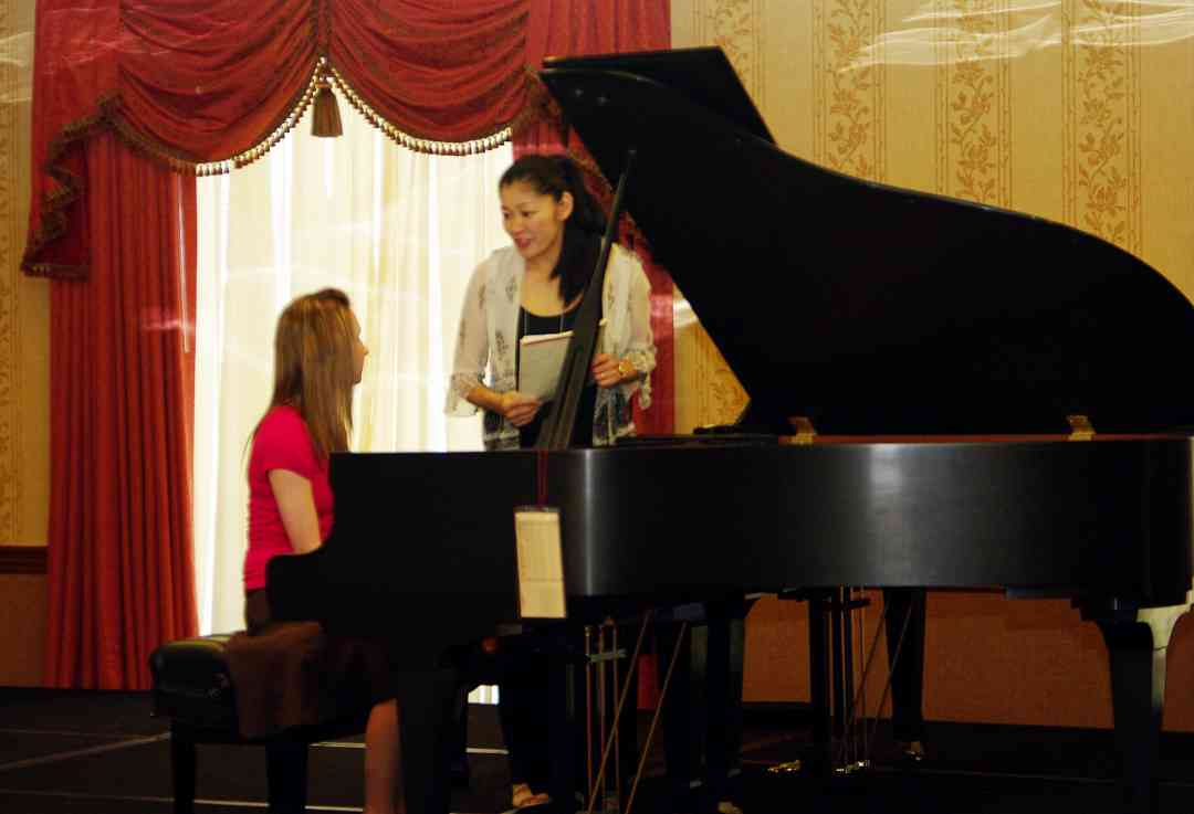 Donna Kwong of the Claremont Trio gives a piano masterclass at the 2010 Conference