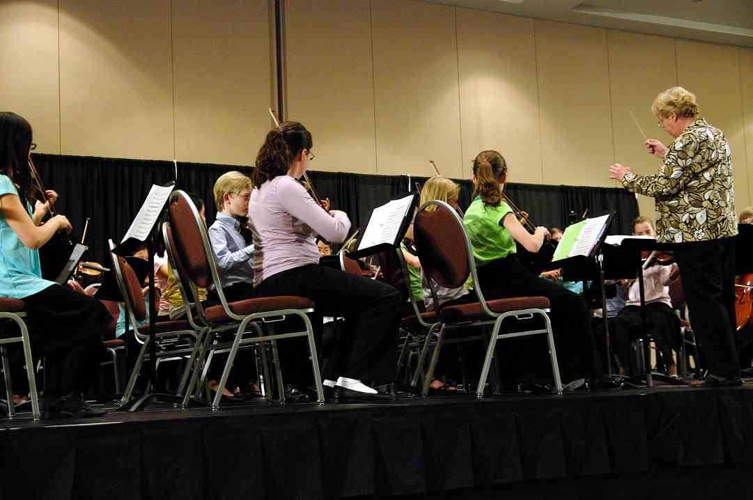 Marilyn Kesler conducts the SYOA at the 2010 Conference