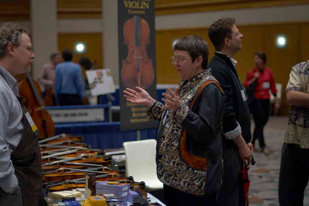 Barbara Balatero speaks with Dalton Potter in the 2006 SAA Conference exhibit hall