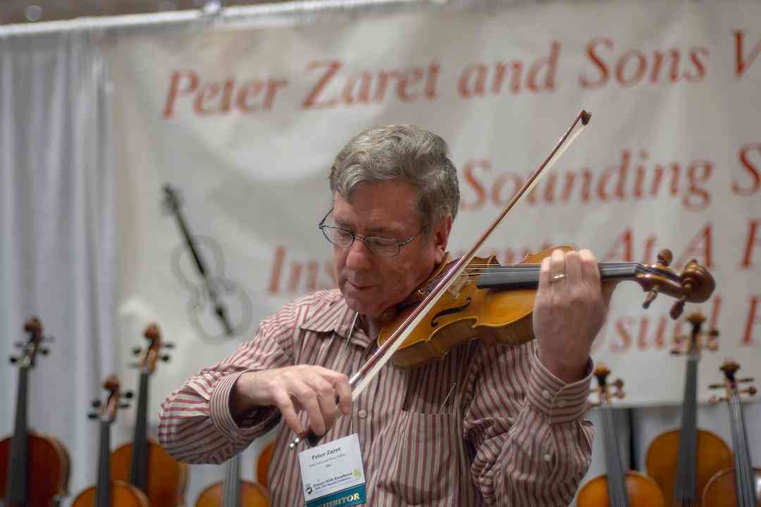 Peter Zaret demonstrates a violin at the 2006 SAA Conference exhibits