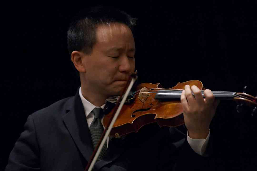 David Kim performs in the Gala Clinicians Concert at the 2006 SAA Conference