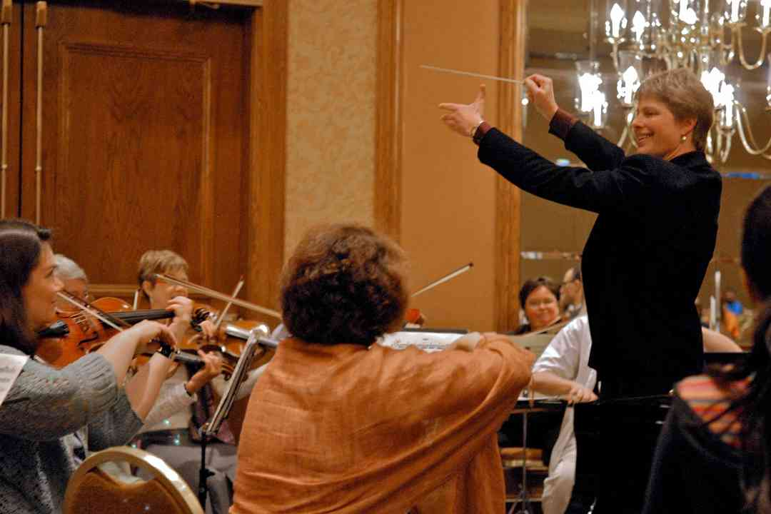 Kirsten Marshall conducts the teacher orchestra for the 4-piano concerto at the 2008 SAA Conference