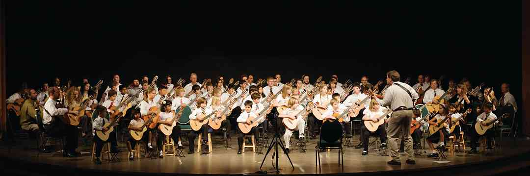 The Final Gala Concert at the 2008 International Guitar Festival featured over 90 guitarists on stage together