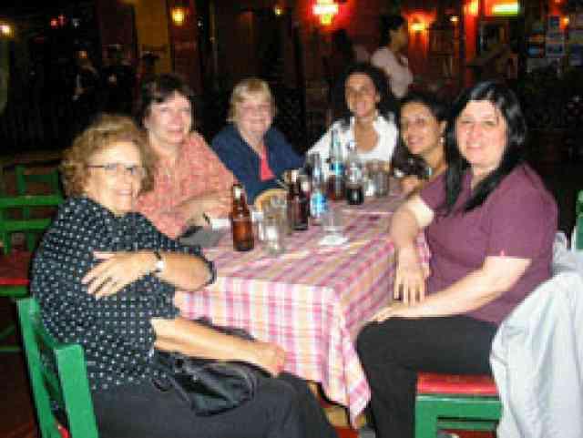 En esta foto estamos cenando con la Teacher Trainer Carol Tarr
