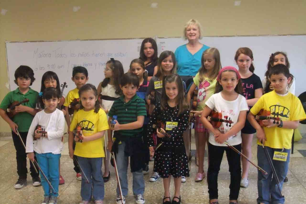 Violin group class in Costa Rica with Carmen Wise